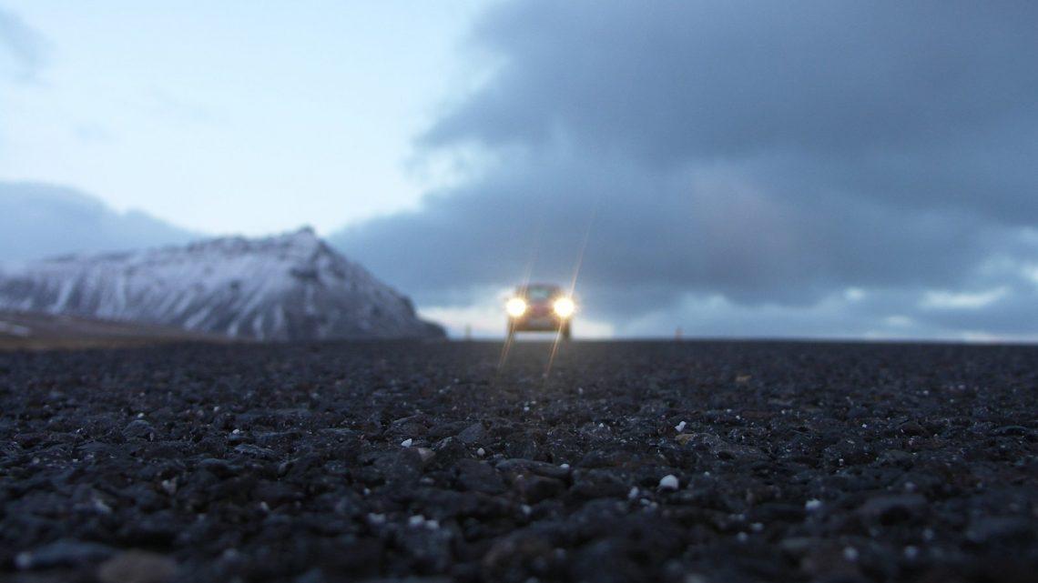 Autolla ajelu eri puolilla maailmaa